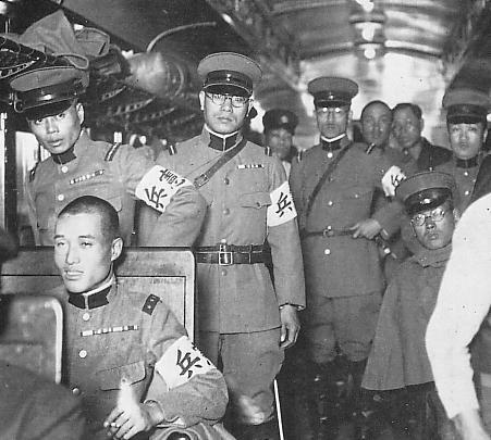 Kempeitai, czyli japońska żandarmeria wojskowa jadąca w pociągu na ćwiczenia - fotografia z 1935 r.