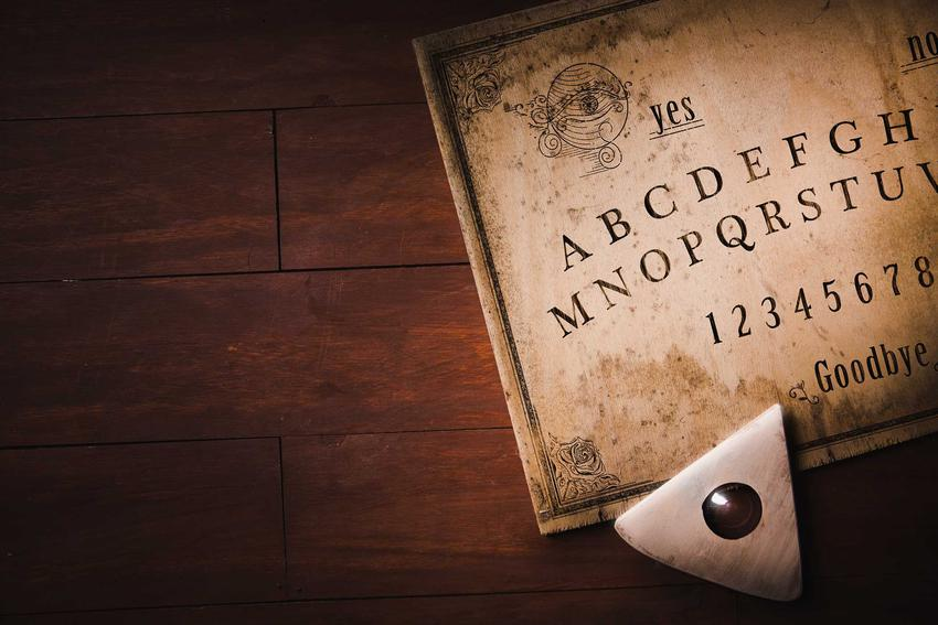 Tablica Ouija krok po kroku, czyli zasady działania, wykorzystanie w seansach spirytystycznych, najważniejsze informacje