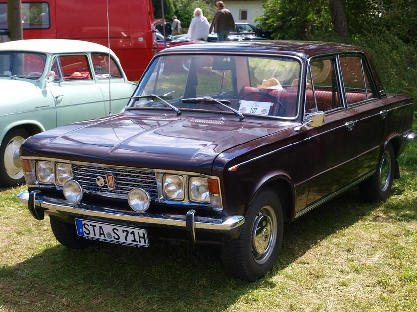 Popularne marki produktów z czasów PRL, które dalej są dostępne, czyli samochody Fiat, programy rozrywkowe, informacje