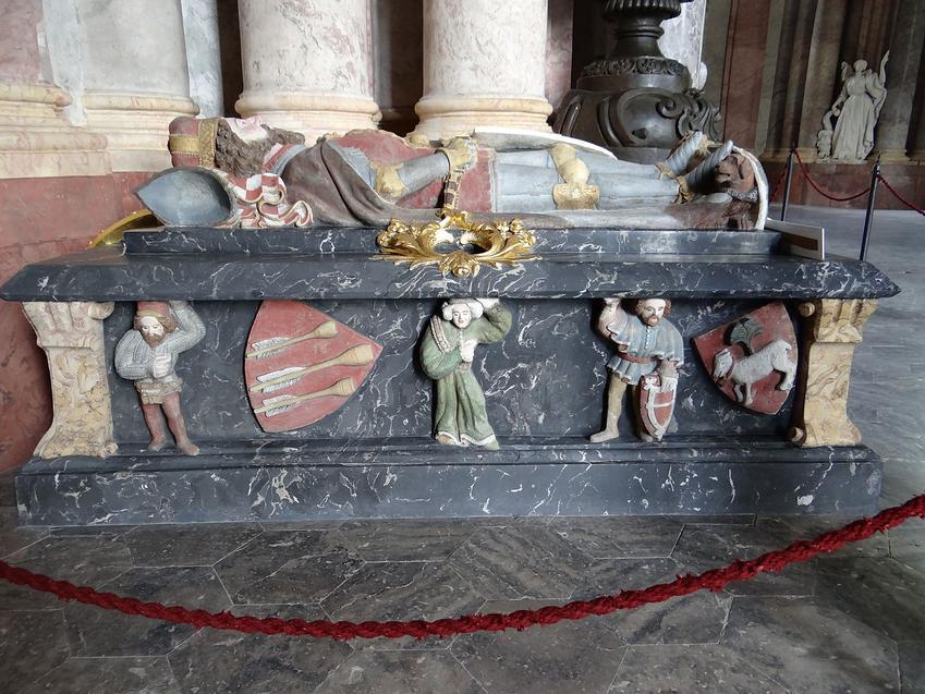Nagorbek Bolka Świdnickiego w mauzoleum Piastów w Krzesowie. Bolko został uhoronowany za zasługi dla Polski