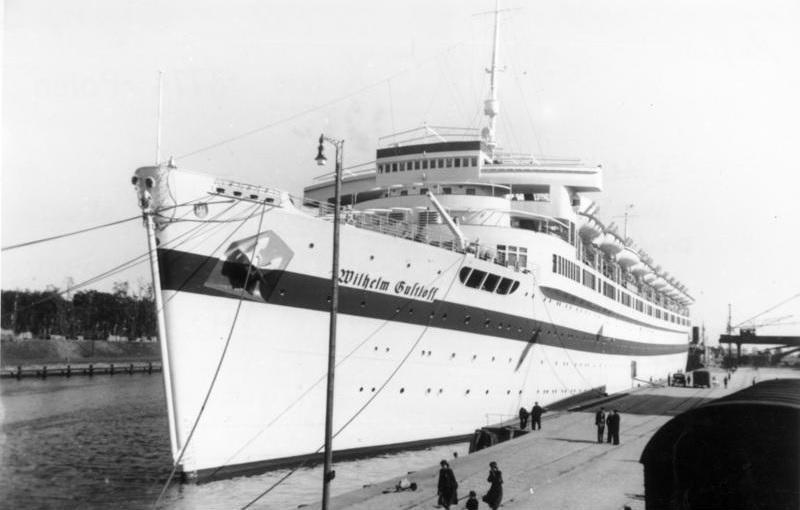 Bałtyk ze wzburzonymi falami, a także statki i okręty zatopione na dnie Bałtyku i ich krótka historia