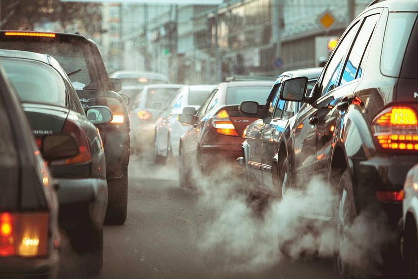 Samochody w korku w mieście, a także Dzień Bez Samochodu, geneza święta oraz znaczenie i obchodzenie