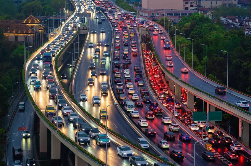 Ruch na ulicach w mieście, a także Dzień Bez Samochodu i jego geneza oraz obchodzenie