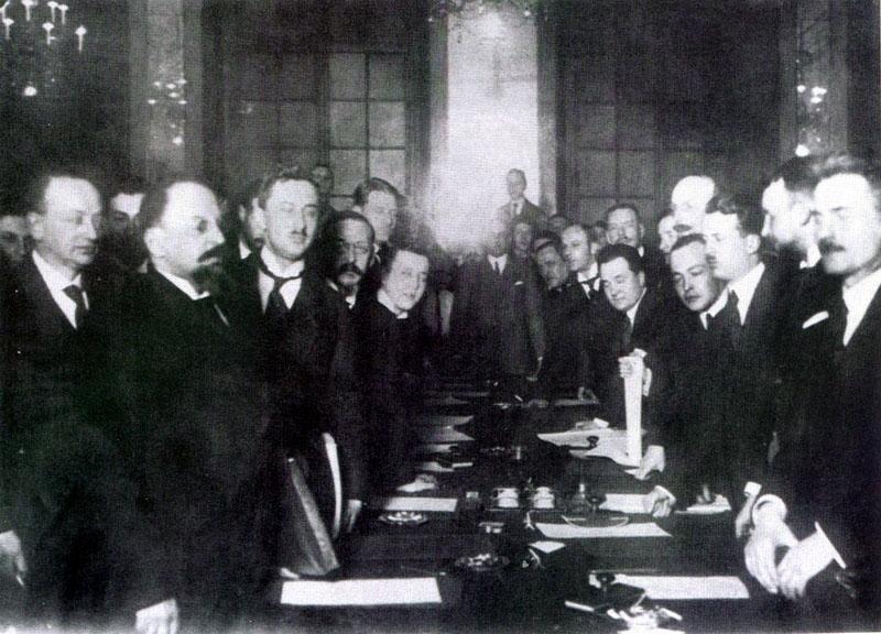 Podpisanie Traktatu ryskiego w 1921 roku to koniec wojny polsko-bolszewickiej. Zdjęcie upamiętniające obie strony podczas podpisywania traktatu