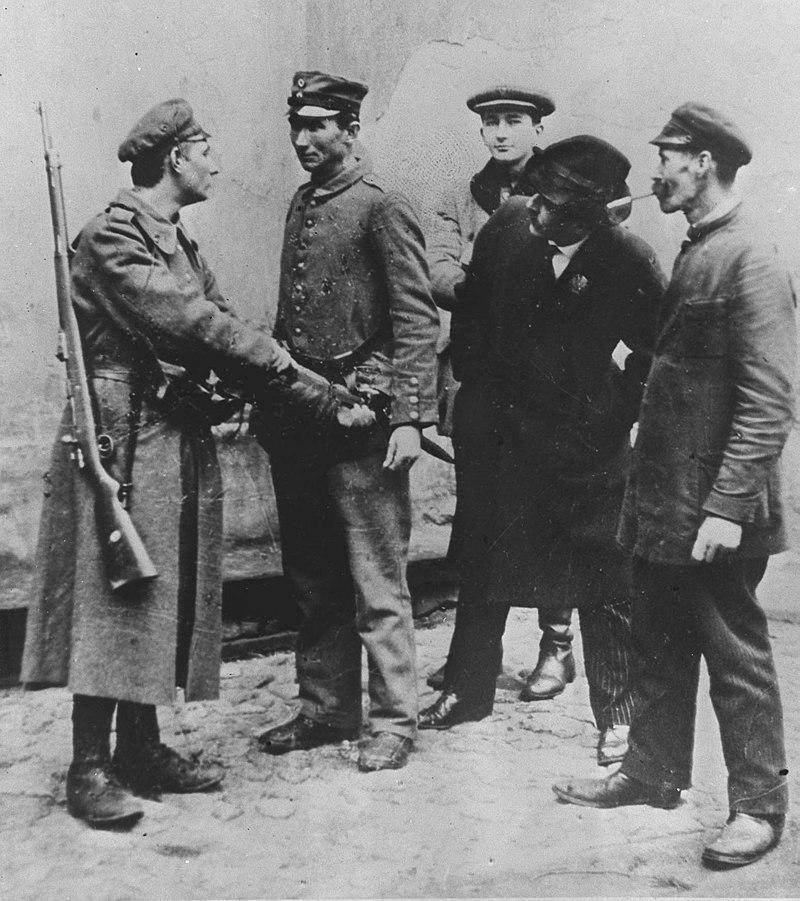 Rozbrajanie Niemców na ulicy podczas rozgromiania Niemieckiego garnizonu w 1918 roku uwiecznione na fotografii