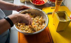 10 potraw, które przygotowywano na imprezy w okresie PRL
